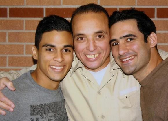 Antonio en prisión junto a sus hijos Tony y Gabriel