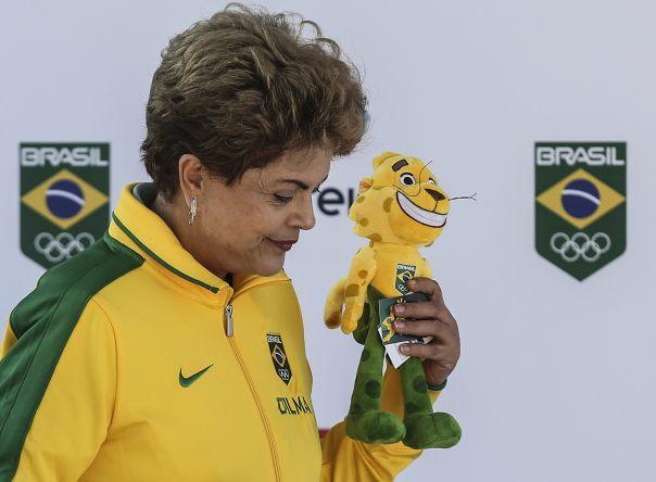 """BRA05 RÍO DE JANEIRO (BRASIL), 23/06/2016.- La presidenta brasileña, Dilma Rousseff, participa hoy, martes 23 de junio de 2015, en la presentación de la mascota """"Ginga"""" para los Juegos Olímpicos de 2016 en Río de Janeiro y en la despedida de la delegación que competirá en los juegos Panamericanos Toronto 2015, en Río de Janeiro (Brasil). EFE/ Antonio Lacerda."""