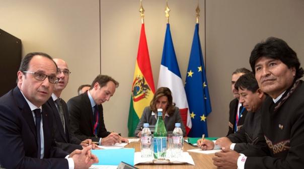 BRU120 BRUSELAS (BÉLGICA) 10/06/2015.- El presidente francés François Hollande (i) y su homólogo boliviano Evo Morales (d) durante un encuentro bilateral con motivo de la cumbre de los jefes de Estado y de Gobierno de 61 países de la Unión Europea (UE) y de la Comunidad de Estados Americanos y Caribeños (Celac) que se celebra en Bruselas (Bélgica) hoy, miércoles 10 de junio de 2015. El objetivo de la cumbre es reafirmar las relaciones políticas y económicas entre ambas regiones. EFE/John Thys **POOL**