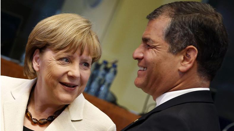 GRA299. BRUSELAS, 10/06/2015.- La canciller alemana, Angela Merkel (i), junto al presidente de Ecuador, Rafael Correa (d), momentos antes del comienzo de la Cumbe de la UE-Celac (Comunidad de Estados Latinoamericanos y Caribeños), hoy en Bruselas. EFE/Javier Lizón