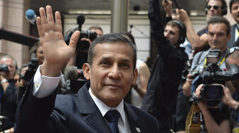 BRU50 BRUSELAS (BÉLGICA) 10/06/2015.- El presidente de Perú, Ollanta Humala, saluda a su llegada a la cumbre de los jefes de Estado y de Gobierno de 61 países de la Unión Europea (UE) y de la Comunidad de Estados Americanos y Caribeños (Celac) que se celebra en Bruselas (Bélgica) hoy, miércoles 10 de junio de 2015. El objetivo de la cumbre es reafirmar las relaciones políticas y económicas entre ambas regiones. EFE/Stephanie Lecocq