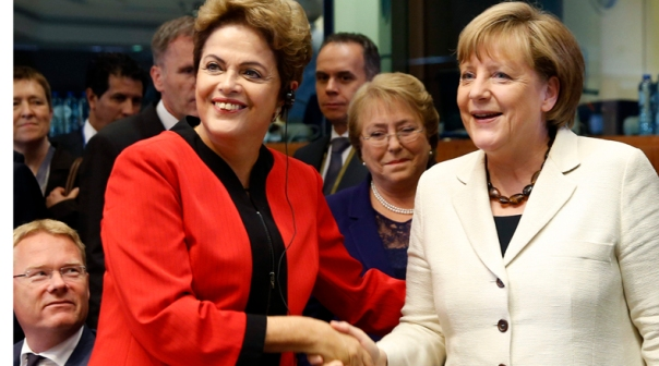 GRA272. BRUSELAS, 10/06/2015.- La presidenta de Brasil, Dilma Rousseff (i), saluda a la canciller alemana, Angela Merkel (d), momentos antes del comienzo de la Cumbe de la UE-Celac (Comunidad de Estados Latinoamericanos y Caribeños), hoy en Bruselas. EFE/Javier Lizón