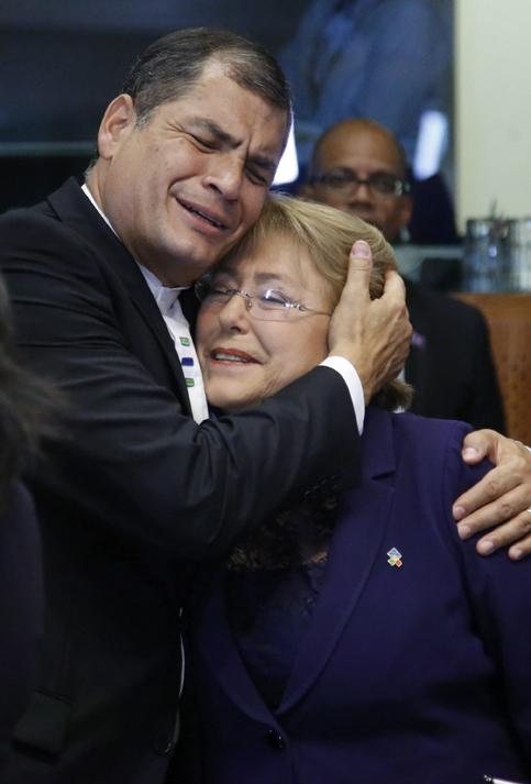 BRU55 BRUSELAS (BÉLGICA) 10/06/2015.- El presidente de Ecuador, Rafael Correa (i), abraza a su homóloga chilena, Michelle Bachelet, durante a la cumbre de los jefes de Estado y de Gobierno de 61 países de la Unión Europea (UE) y de la Comunidad de Estados Americanos y Caribeños (Celac) que se celebra en Bruselas (Bélgica) hoy, miércoles 10 de junio de 2015. El objetivo de la cumbre es reafirmar las relaciones políticas y económicas entre ambas regiones. EFE/Olivier Hoslet
