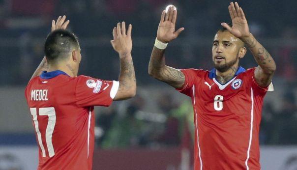 Medel y Vidal celebran el triunfo de Chile 2-0 frente a Ecuador