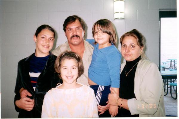 Ramón en prisión junto a su esposa Elizabeth y sus hijas Ailí, Laura y Lisbeth