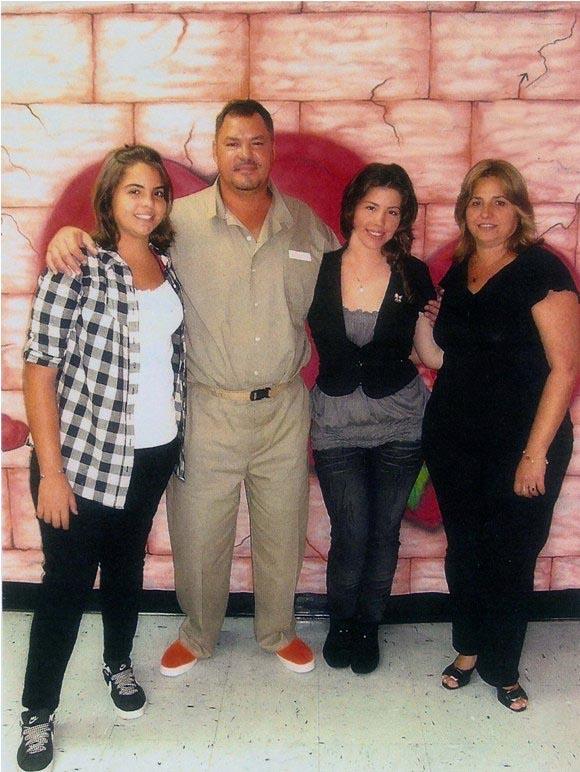 Ramón en prisión junto a su esposa Elizabeth y sus hijas Laura y Lisbet 2
