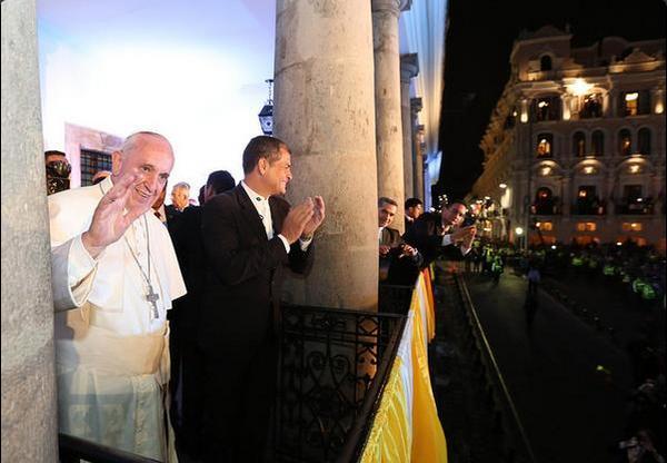 Correa recibe al Papa en el Palacio de Carondelet 2