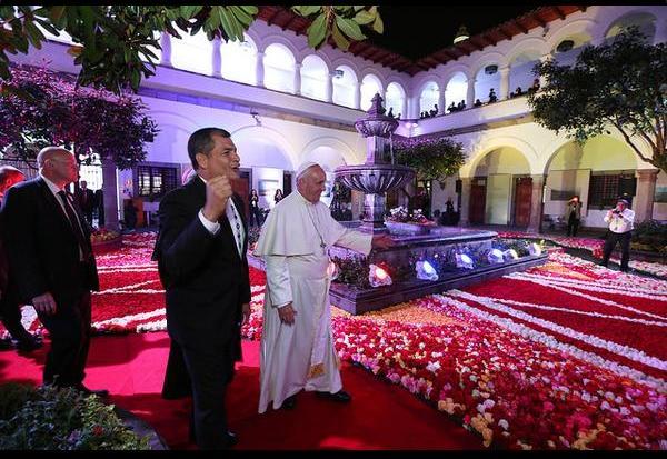 Correa recibe al Papa en el Palacio de Carondelet 3