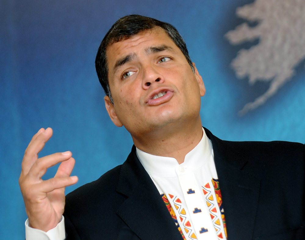 epa01911549 Ecuador President Rafael Correa gives a speech at Chatham House in central London, Britain, 27 October, 2009.  Correa arrived in London to promote the proposal of paying his country USD 3 billion not to drill oil in the Amazon.  EPA/ANDY RAIN