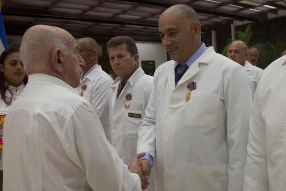 médicos cubanos que combatieron el ébola en África
