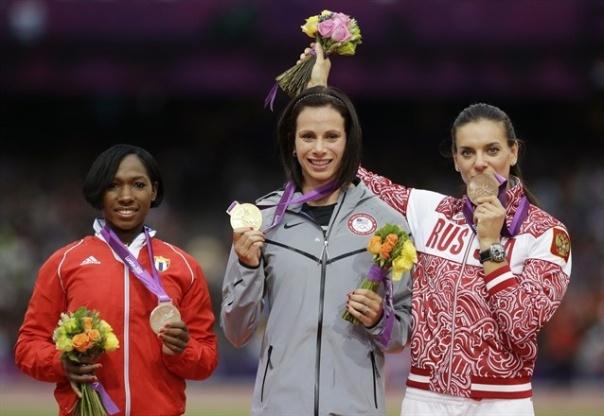 Yarisley alzando su medalla de plata en Londres 2012, junto a la campeona olímpica Jennifer Suhr (centro) y la bronce Yelena Isinbayeba (derecha)