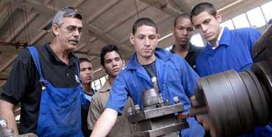 M s maestros cubanos imparten perfiles t cnicos en el for Maestros en el extranjero