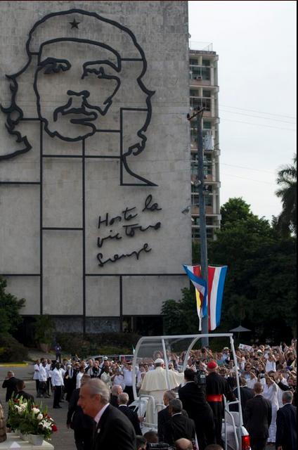 Cubanos esperando el inicio de la misa