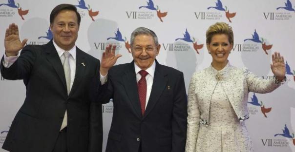 Raúl Castro y Juan Carlos Varela en la Cumbre de las Américas