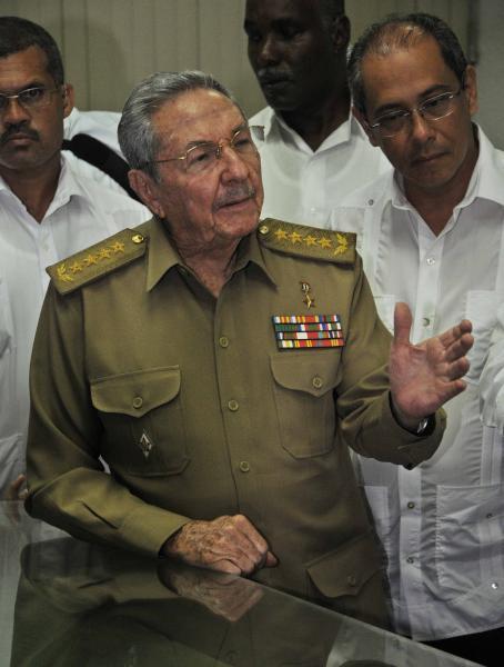 Raúl le explica a Juan Carlos Varela la ELAM