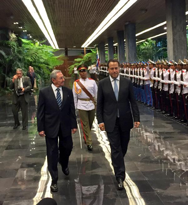 Raúl y el presidente panameño Juan Carlos Varela 2
