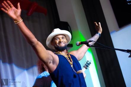 Usher en el Saraos´ Bar de La Habana