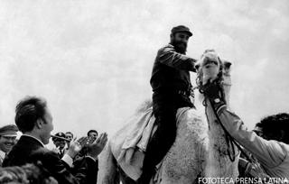 El Primer Ministro Fidel Castro Ruz en su visita Argelia. B/N