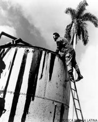 Fidel Castro inspecciona un pozo de petroleo en Jatibonico.
