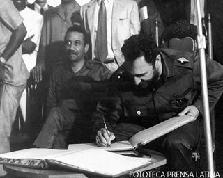 El Primer Secretario del Comite Central del PCC, Presidente de los Consejos de Estado y de Ministros, Comandante Fidel Castro  en su visita a Sierra Leona.