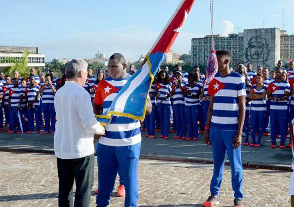 Mijaín-recibió-de-manos-de-Díaz-Canel-la-bandera-cubana-que-presidirá-la-actuación-de-nuestro-país-en-los-Juegos-Foto.-Ricardo-López-Hevia-580x408
